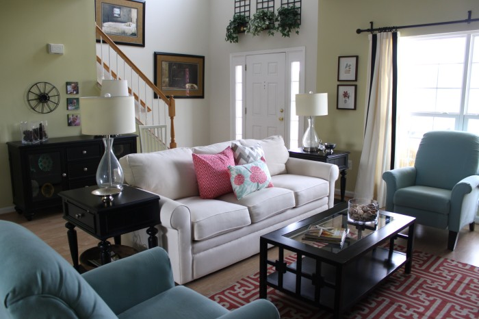 A nicely decorated living room